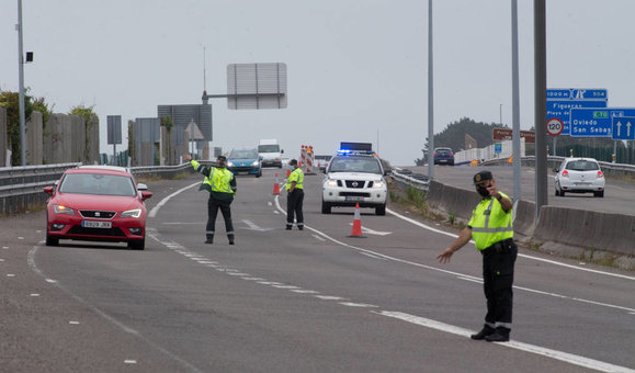EuropaPress_3223480_punto_control_guardia_civil_trafico_entrada_comunidad_gallega_traves