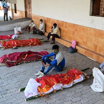 EuropaPress_3668558_27_april_2021_india_prayagraj_family_members_wait_with_bodies_of_their