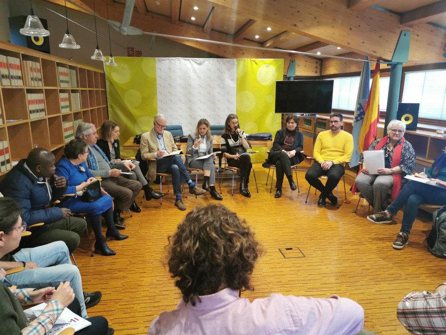 O relator da ONU e a valedora do Pobo reúnense con colectivos en risco de exclusión social. (Mauro Bastón-Europa Press)