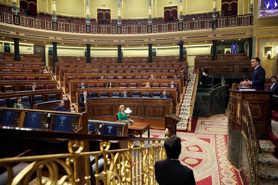 O Congreso na sesión de onte, nunha imaxe insólita ante a escasa presenza de membros pola situación de emerxencia sanitaria (Imaxe: Pool)