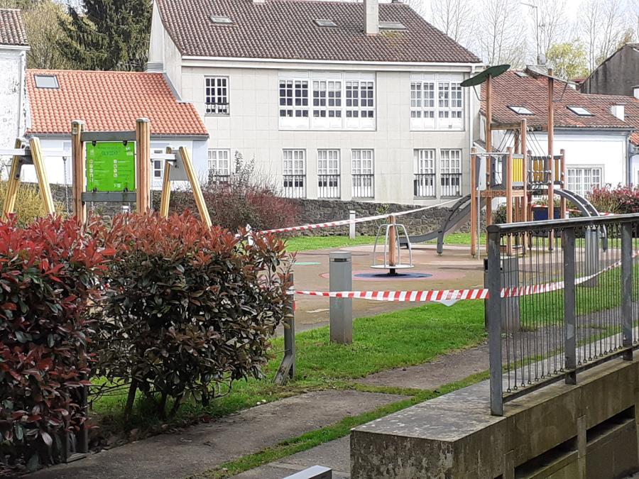 Parque infantil precintado en Compostela (Riobó Prada)