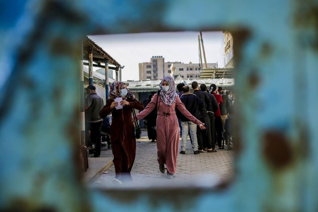 Palestinas acoden a recoller axuda alimentaria da ONU nun campo de refuxiados de Gaza, en novembro (Mahmoud Issa / Quds Net News)