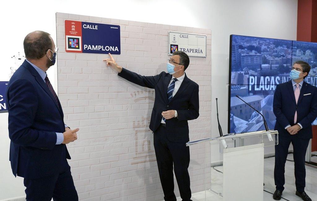 As 'placas intelixentes' poden ser lidas cun móbil a gran distancia e permiten incluír información en múltiples idiomas (Concello de Murcia)