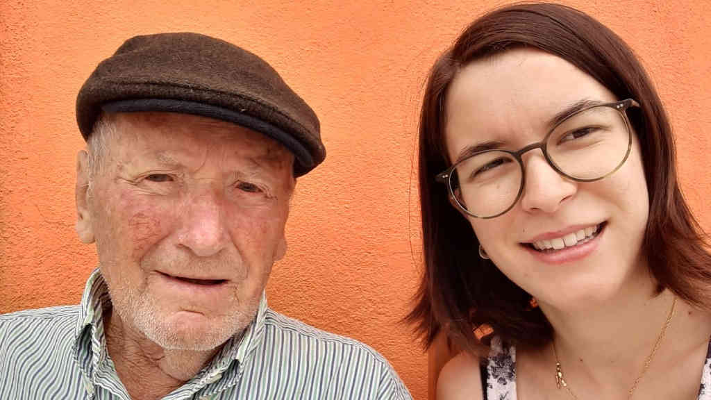 Lucía Varela xunto ao seu avó, un dos protagonistas do seu traballo de recuperación de palabras da zona (L.V.)