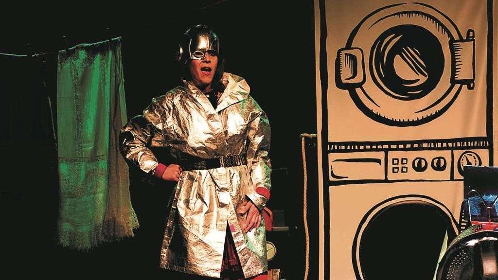Isabel Risco durante a función de 'Bravas. A nosa historia con saias e a rachar'. (Foto: Nós Diario)